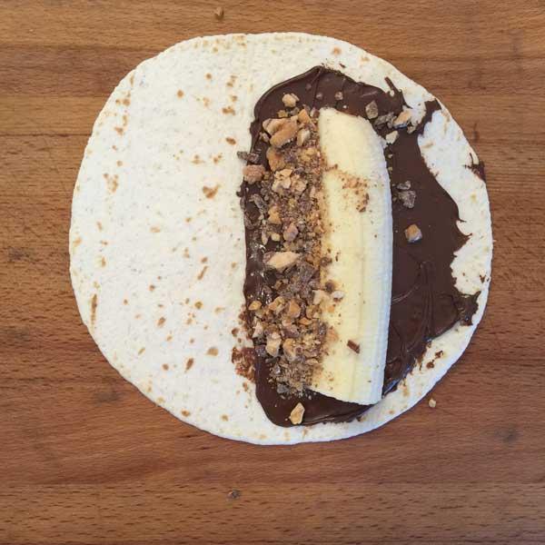Tortilla mit Nutella, Banane und Snickers Crumble